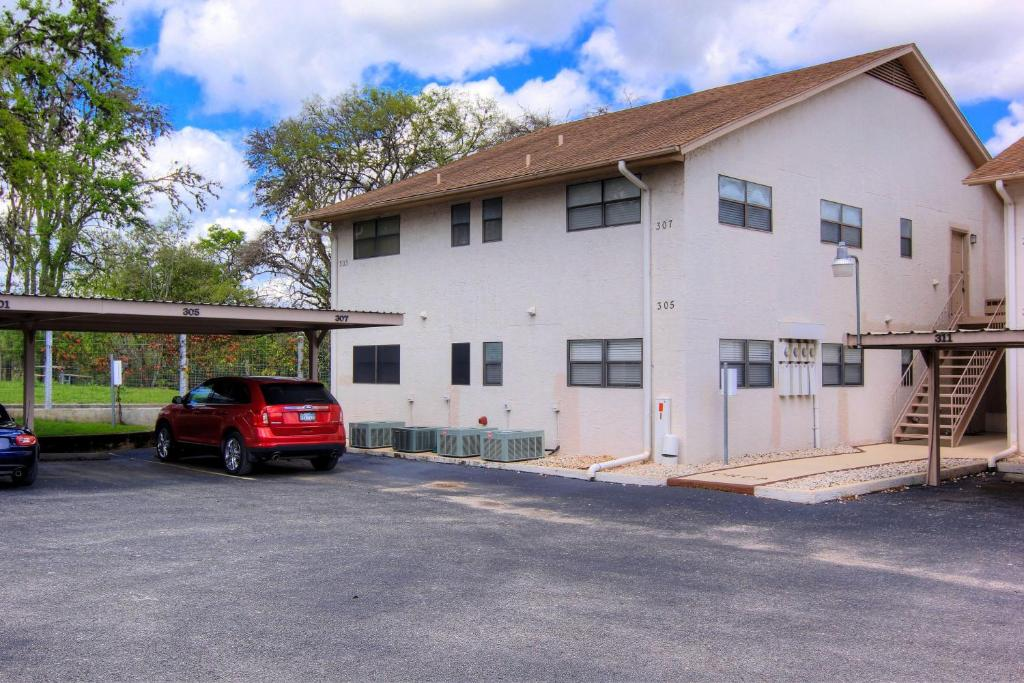 Comal river apartment 307 new braunfels tx for Apartments in new braunfels tx