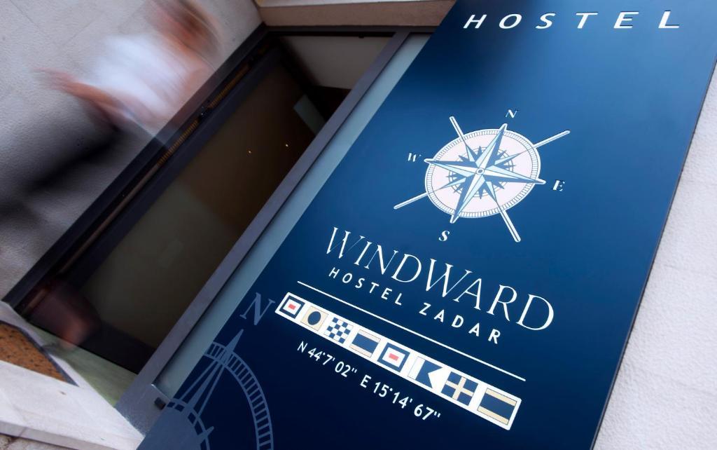 Certificado, premio, señal o documento que está expuesto en Windward Hostel Zadar