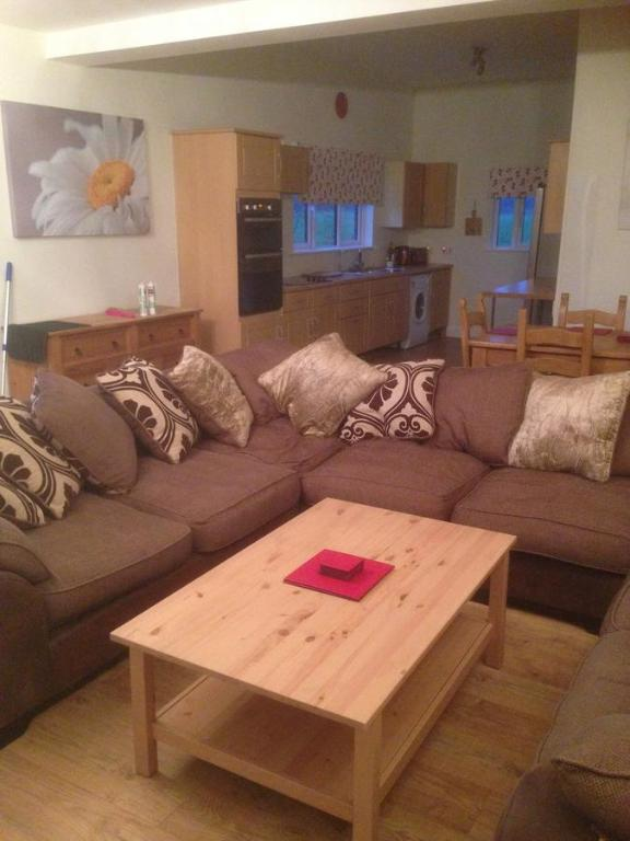 The lounge or bar area at Lakeside Apartments Pittlands Fishery