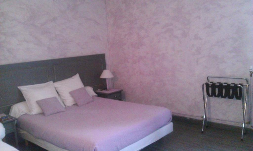 """A bed or beds in a room at HOTEL RESTAURANT LE SAINT PIERRE """"Grand Périgueux"""""""