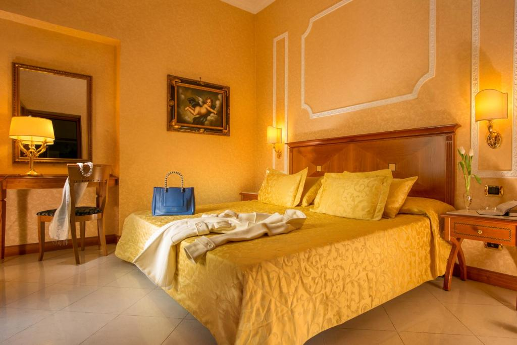 A bed or beds in a room at Hotel Amalia Vaticano