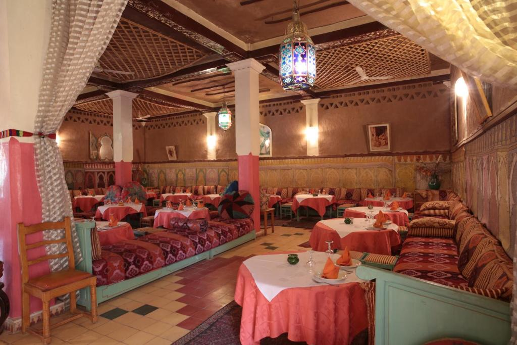 A restaurant or other place to eat at Fibule Du Draa Kasbah D'hôtes