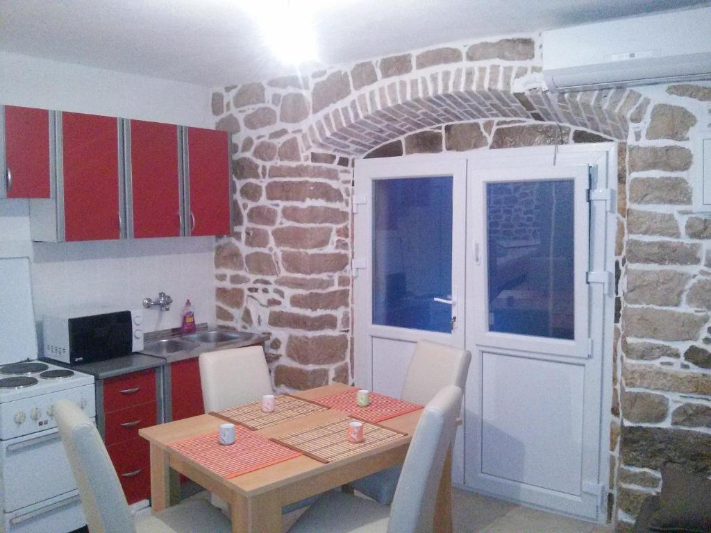 A kitchen or kitchenette at Holiday House Popovic