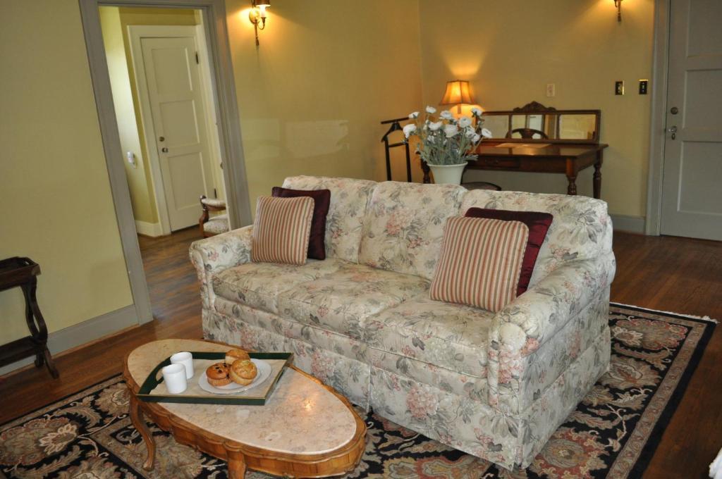 The Lounge Or Bar Area At Bear Creek Inn