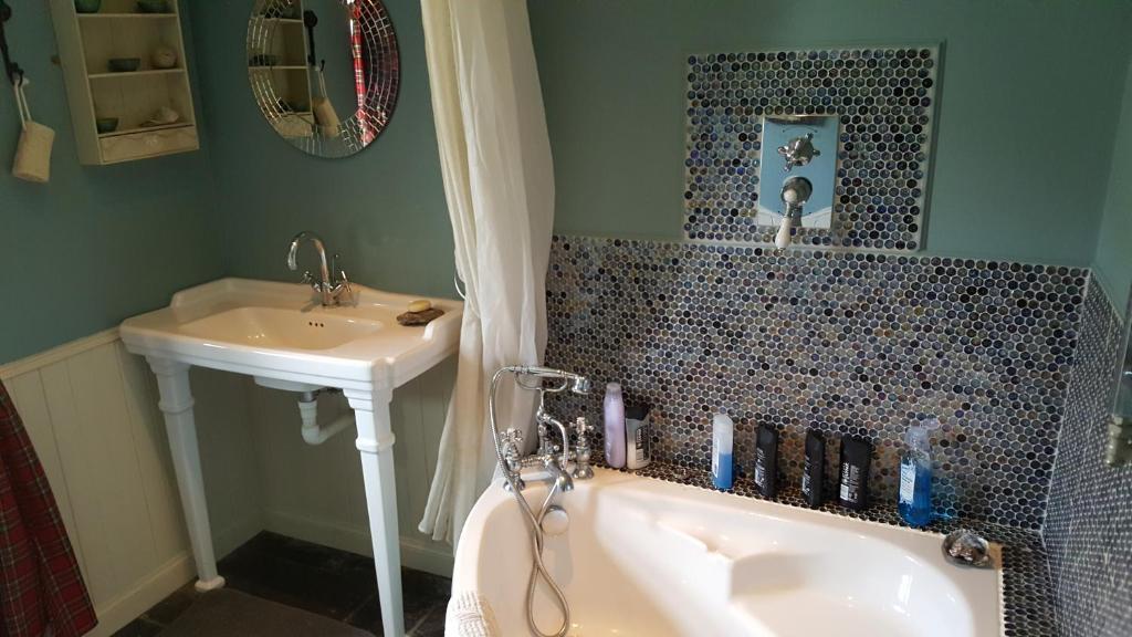 A bathroom at Quaraing House