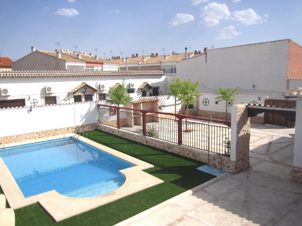 Der Swimmingpool an oder in der Nähe von Apartamentos Venta Don Quijote
