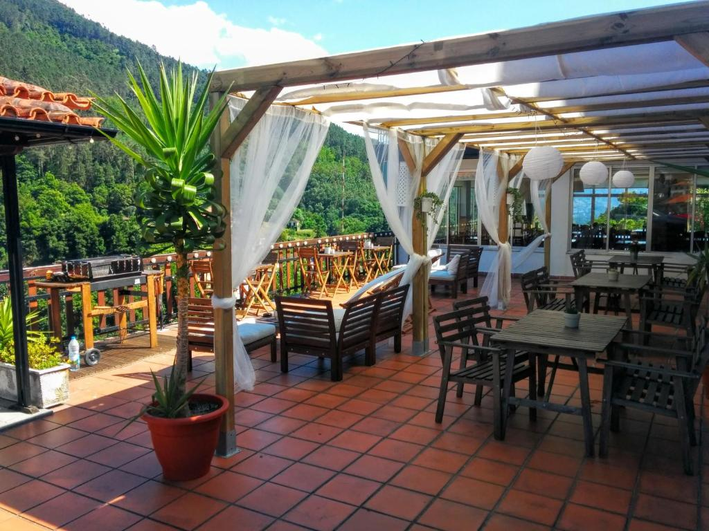A restaurant or other place to eat at Hostel Geres