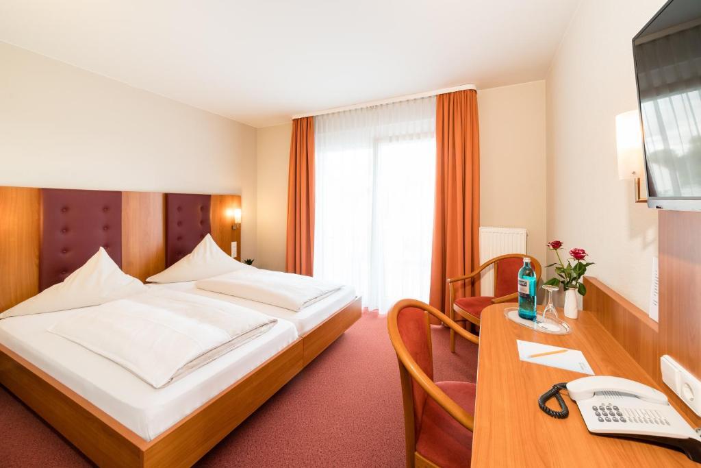 984789062f Ein Bett oder Betten in einem Zimmer der Unterkunft Hotel Vater Rhein