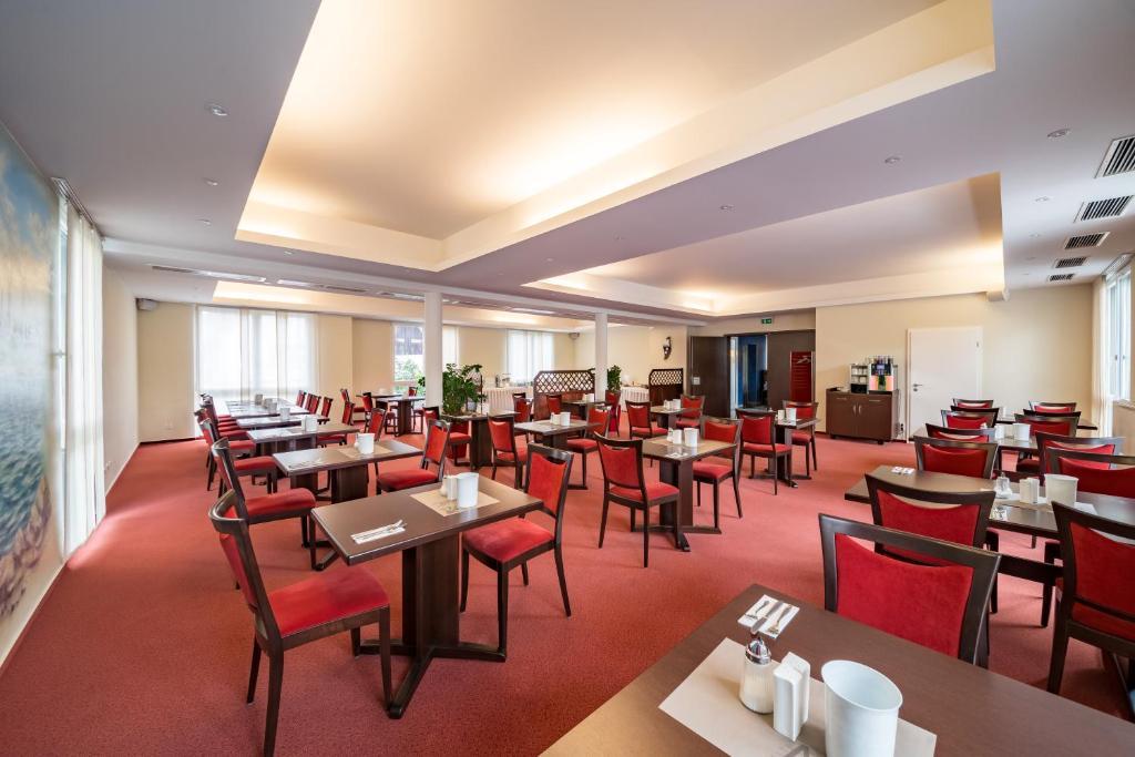 765ae75506 Ein Restaurant oder anderes Speiselokal in der Unterkunft Hotel Vater Rhein