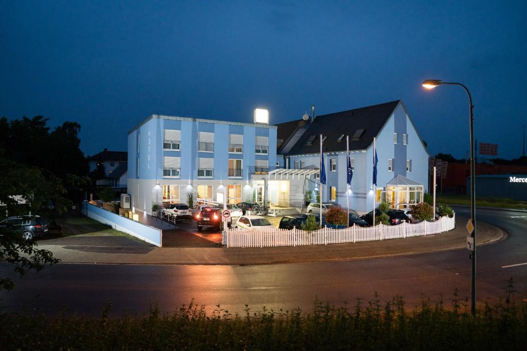 5c192d498e Das Gebäude in dem sich das Hotel befindet. Ein Bett oder Betten ...