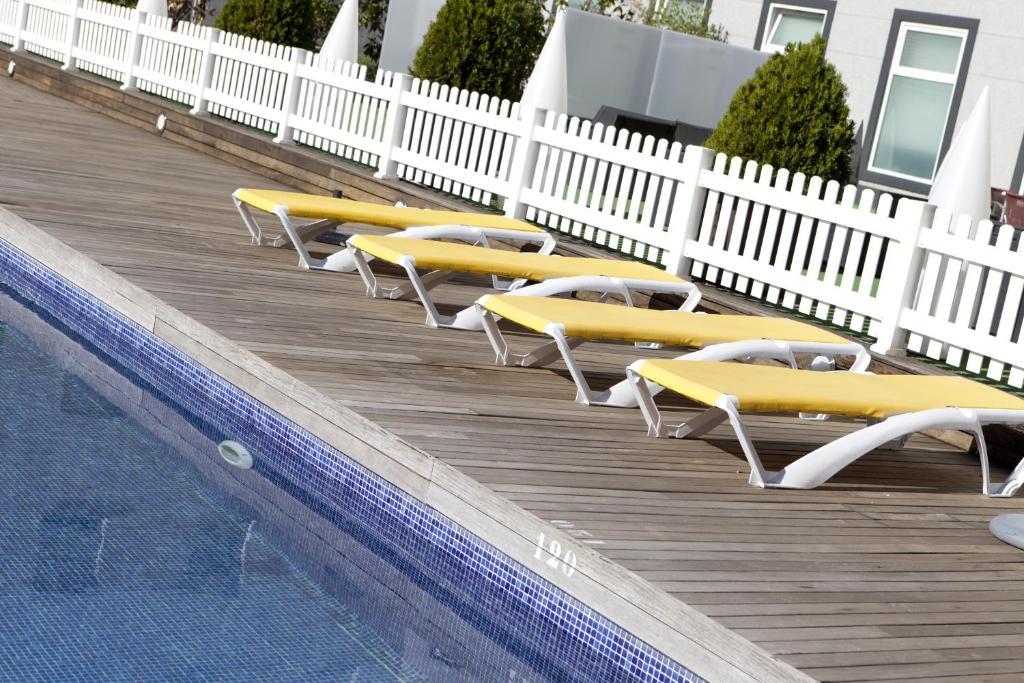 The swimming pool at or close to Vértice Sevilla Aljarafe