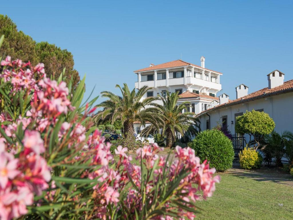 A garden outside Mercure Civitavecchia Sunbay Park Hotel