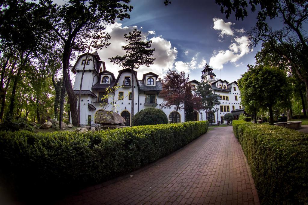 Image result for Warum Sie in Österreichs Hotels häufig auf Personal aus Osteuropa treffen