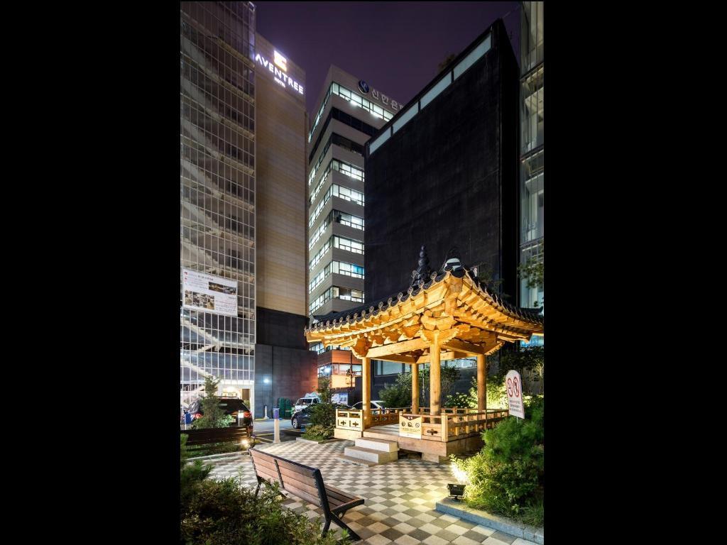 A garden outside Hotel Aventree Jongno (Myeongdong)