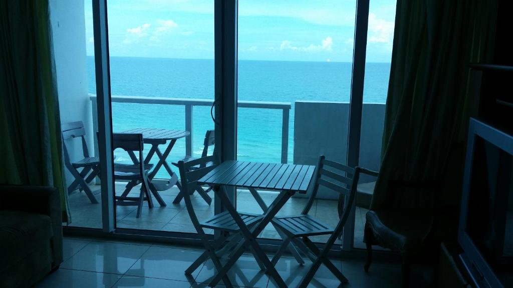Apartment miami beach oceanfront with balcony fl for Balcony booking