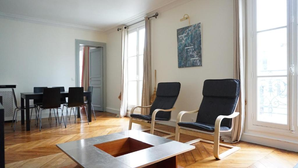 Apartment appartment rue de ponthieu paris france for All paris apartments