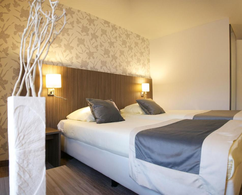 A bed or beds in a room at Hotel Asteria
