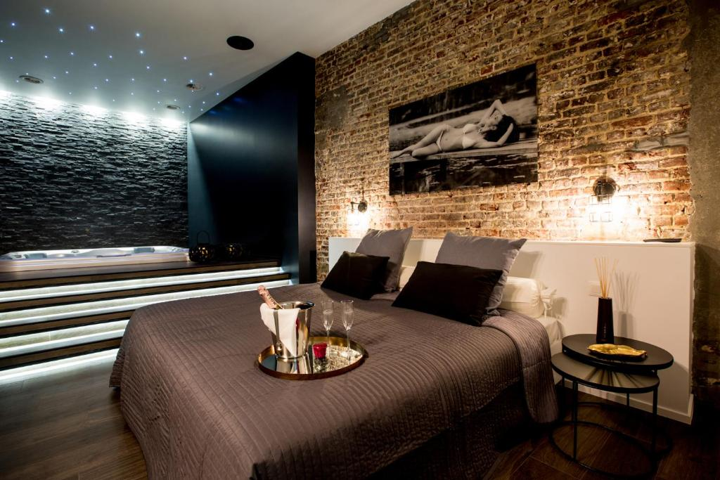 Apartment chambre avec jacuzzi sauna privatif, Brussels, Belgium ...