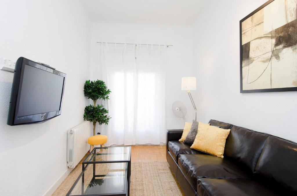 A seating area at Friendly Rentals Arguelles