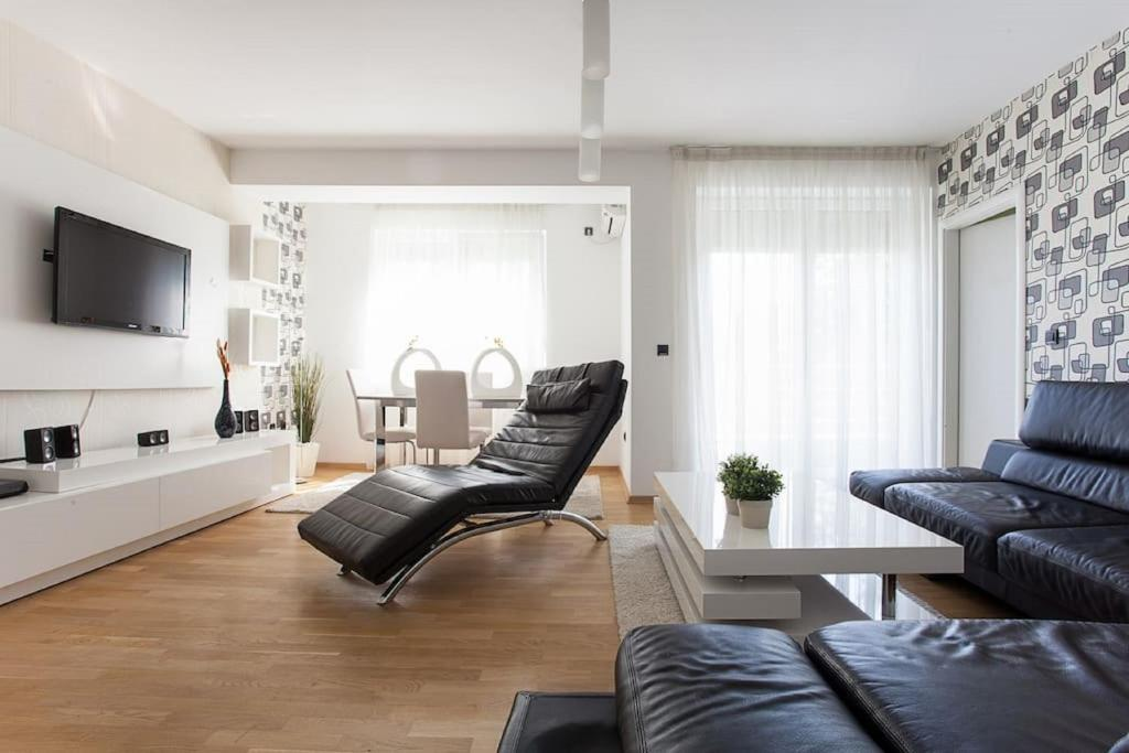 A seating area at SkopjeLUX Apartments