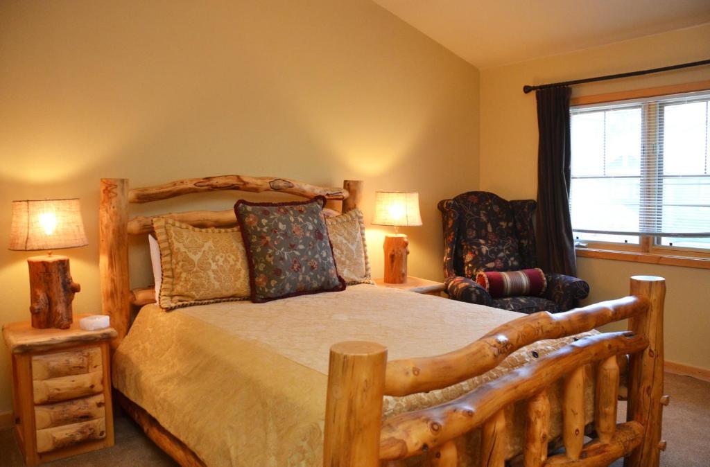 A room at Los Pinos by Ski Village Resorts