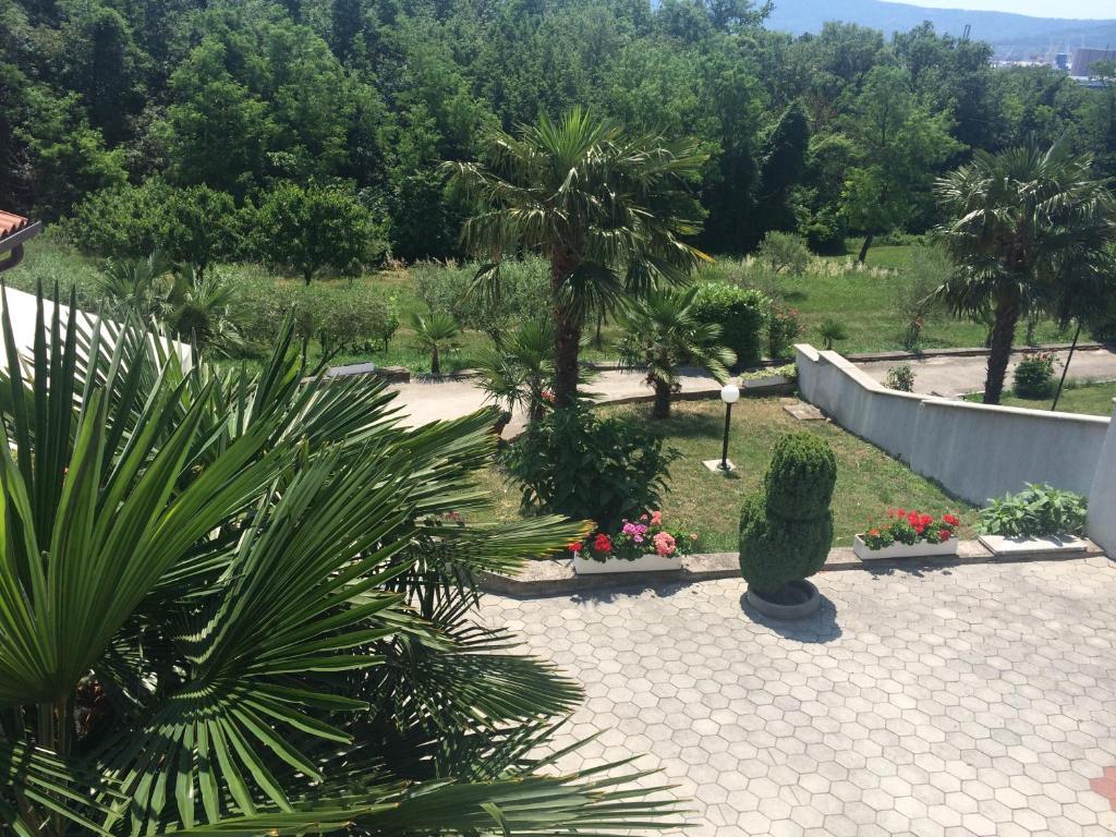 Vrt pred nastanitvijo Apartments Lili