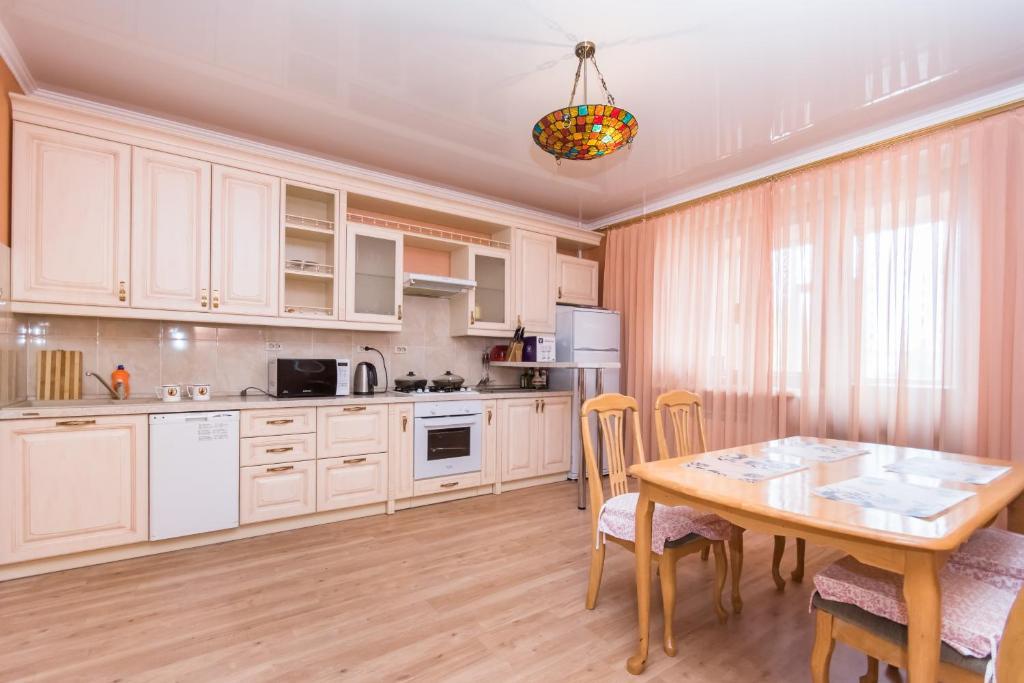 Кухня или мини-кухня в Family Apartments on Kamala