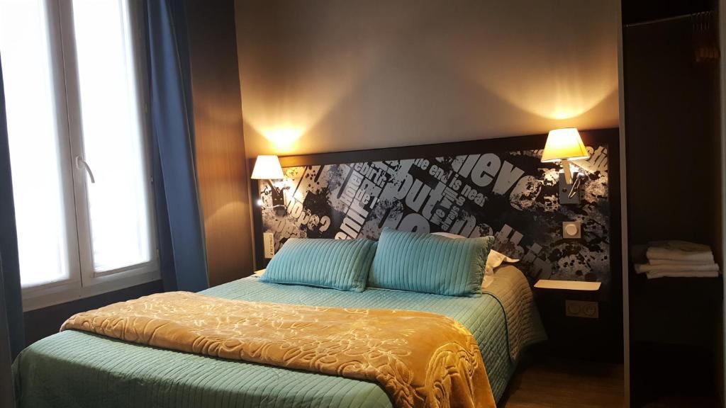 A bed or beds in a room at Café Hôtel de l'Avenir