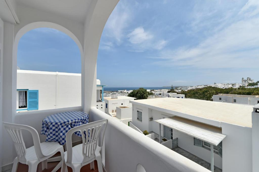 naousa single personals Updated: october 5, 2017 paros family hotels – tips and recommendations naoussa and parikia are the two funnest towns on paros naoussa is trendier and has better restaurants, parikia is busier and has more shopping (and it's where the ferries arrive and depart.