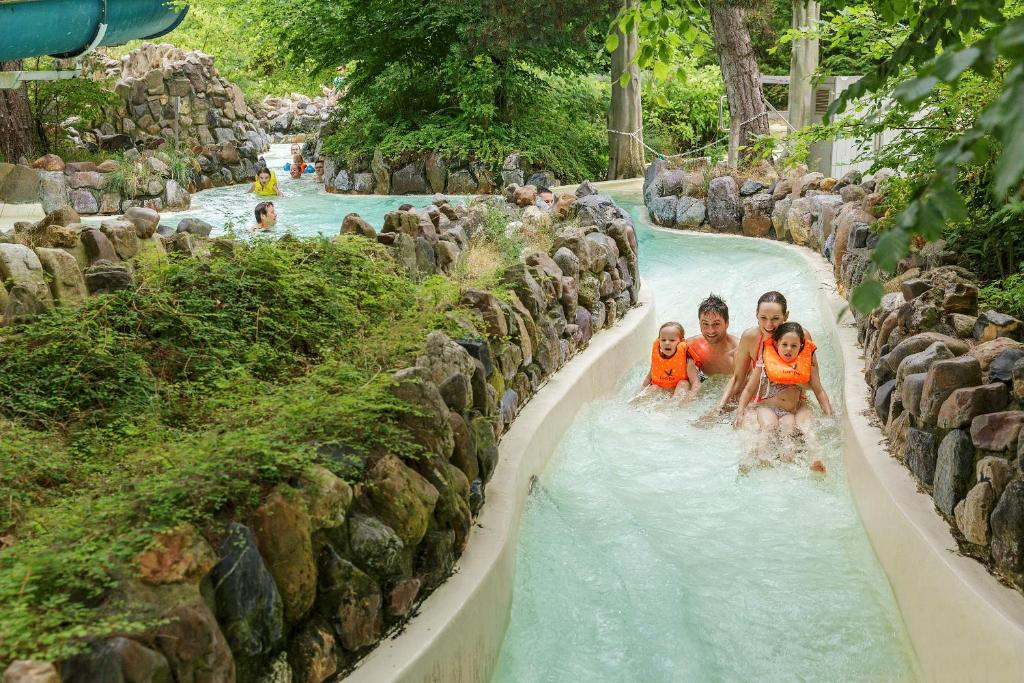 Village vacances center parcs les bois francs france for Center parc piscine