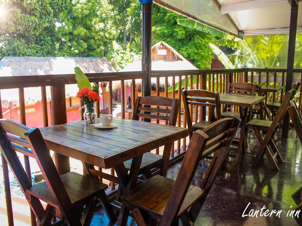 Un restaurante o sitio para comer en Lantern Inn Koh Lipe