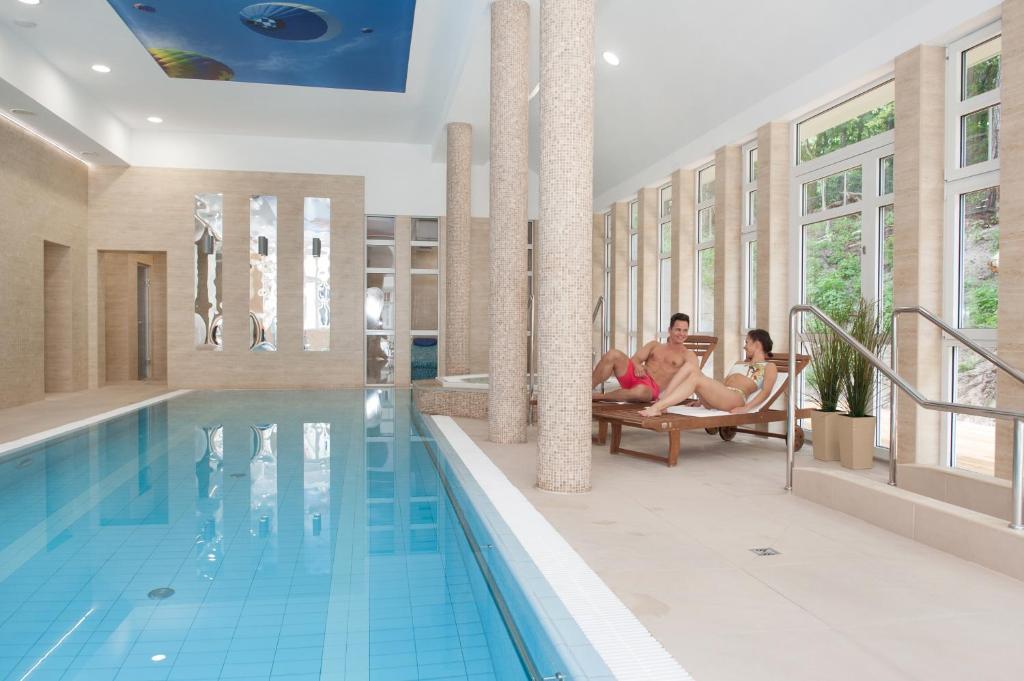 Der Swimmingpool an oder in der Nähe von Hotel Cesarskie Ogrody