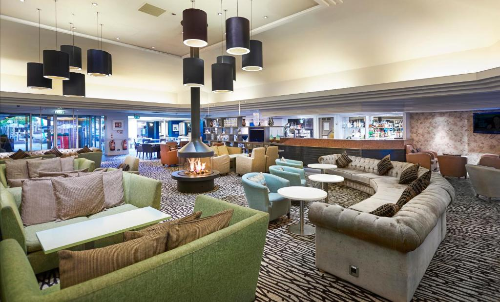 The lounge or bar area at DoubleTree by Hilton Newbury North