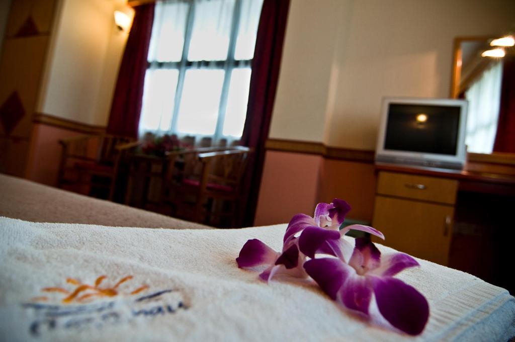 Katil atau katil-katil dalam bilik di Flora Place Hotel