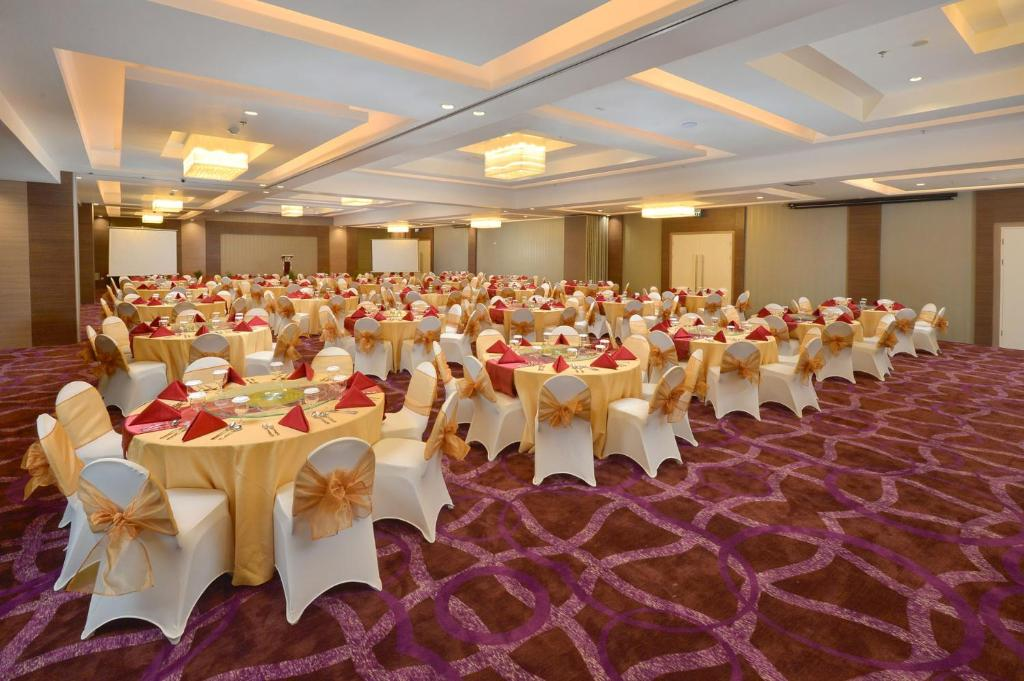 Platinum adisucipto yogyakarta hotel conference center indonesia platinum adisucipto yogyakarta hotel conference center indonesia booking junglespirit Choice Image