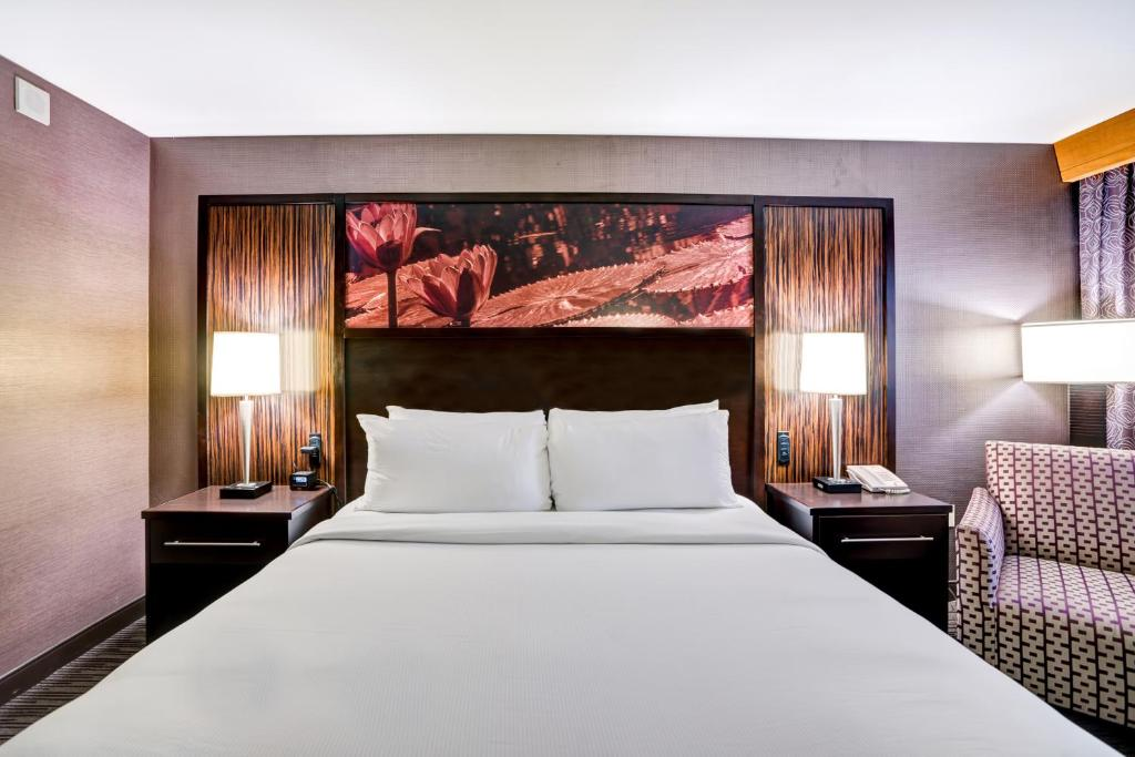 A bed or beds in a room at DoubleTree by Hilton Downtown Wilmington - Legal District