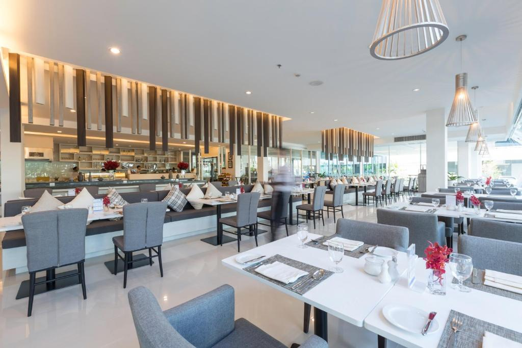 A restaurant or other place to eat at Kameo Hotel Amata Bangpakong