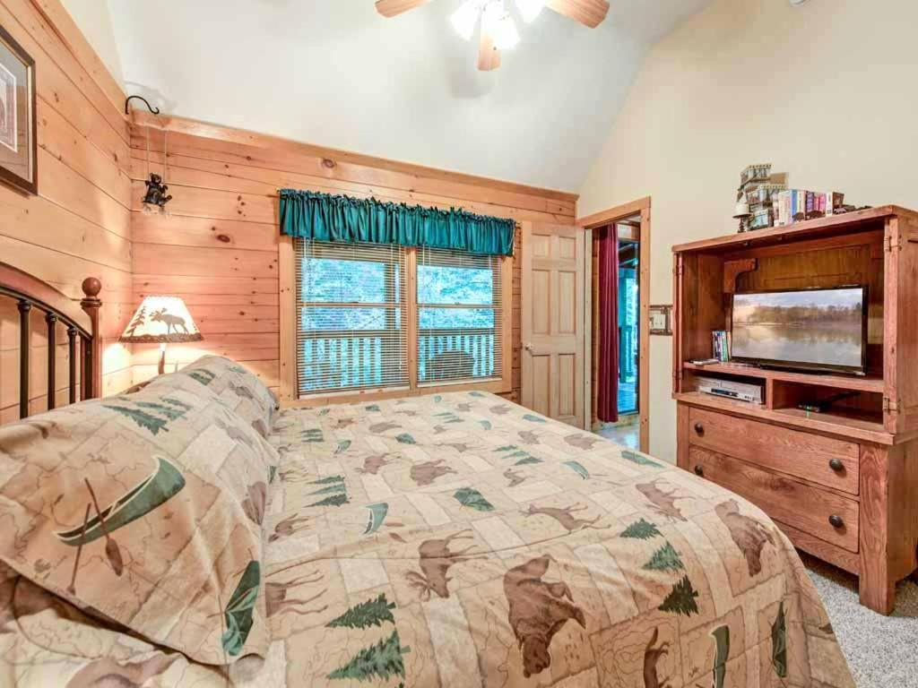 Vacation home idle days two bedroom home gatlinburg tn for 2 bedroom hotels in gatlinburg tn