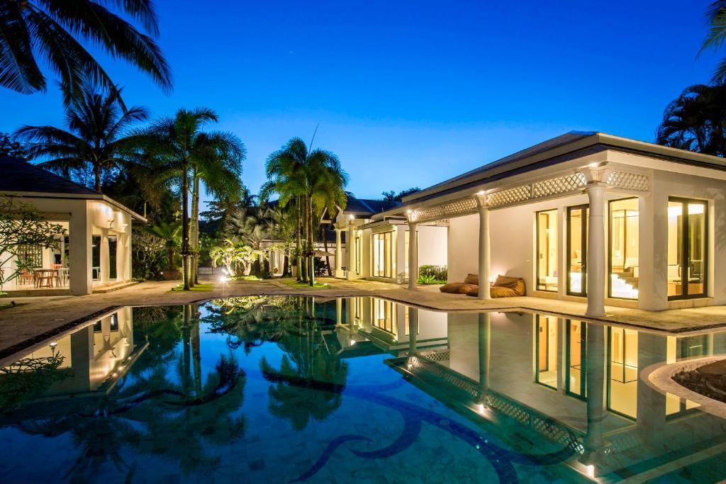 Der Swimmingpool an oder in der Nähe von X2 Khao Lak Anda Mani Resort