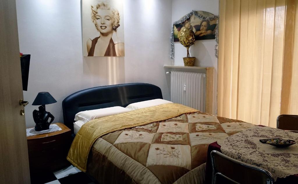 Ein Bett oder Betten in einem Zimmer der Unterkunft Alaska Rooms