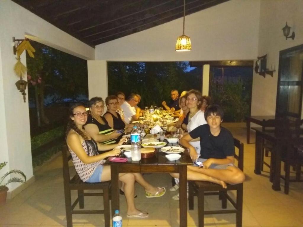 A restaurant or other place to eat at Ekincik Villa Salkim