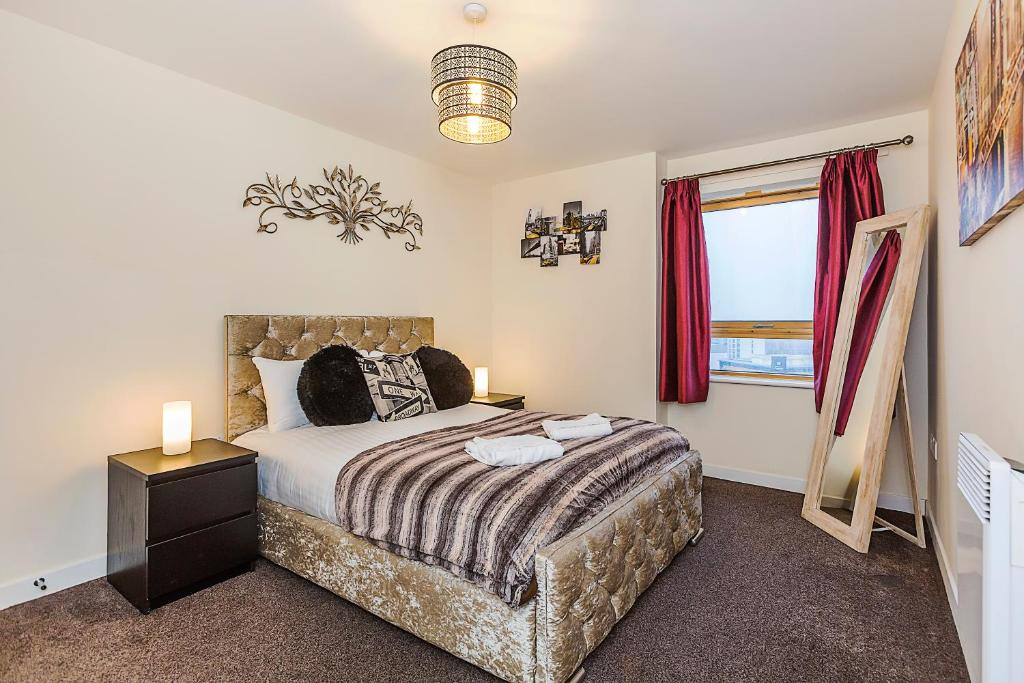 A bed or beds in a room at Wharf Rooms