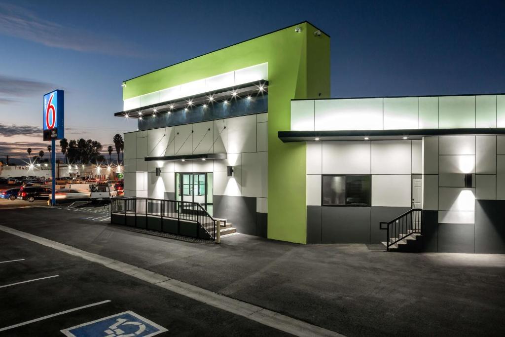 Motel 6 Canoga Park, CA - Booking.com on cooper green homes, desert green homes, cool green homes, historic green homes,
