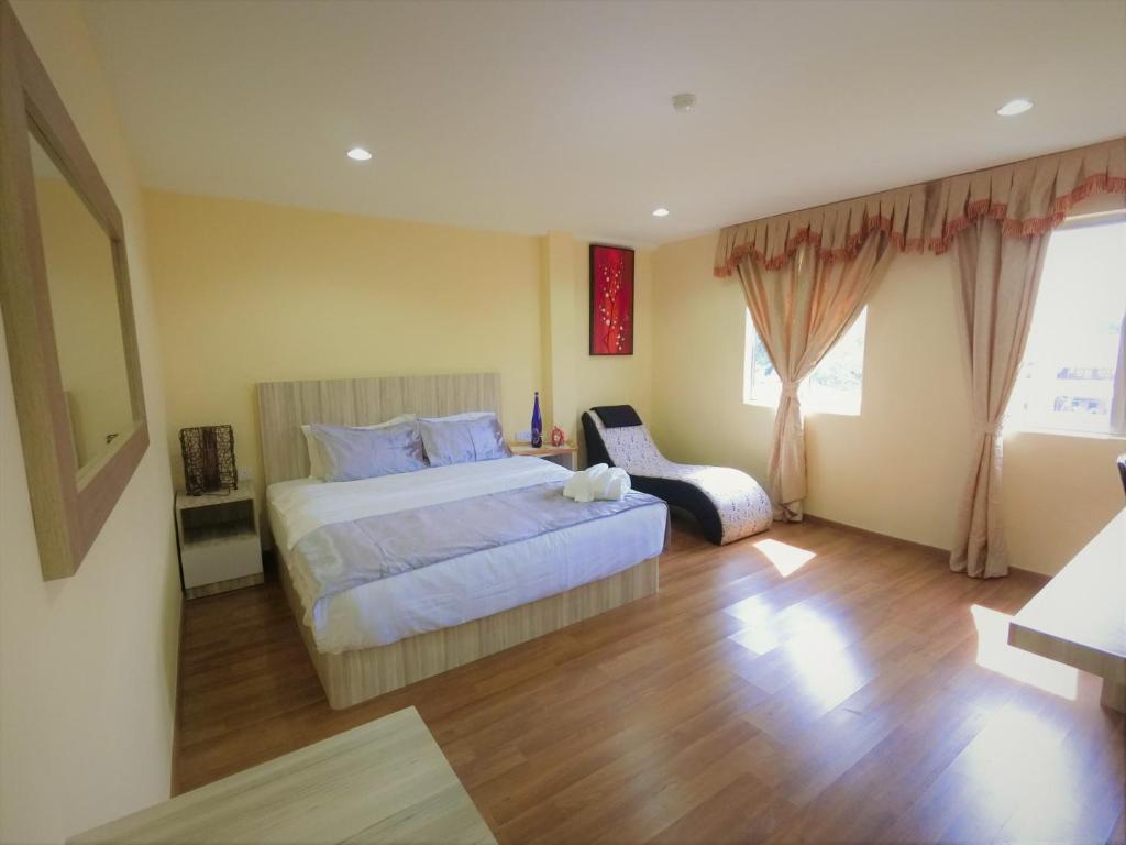 Katil atau katil-katil dalam bilik di Royale Hotel