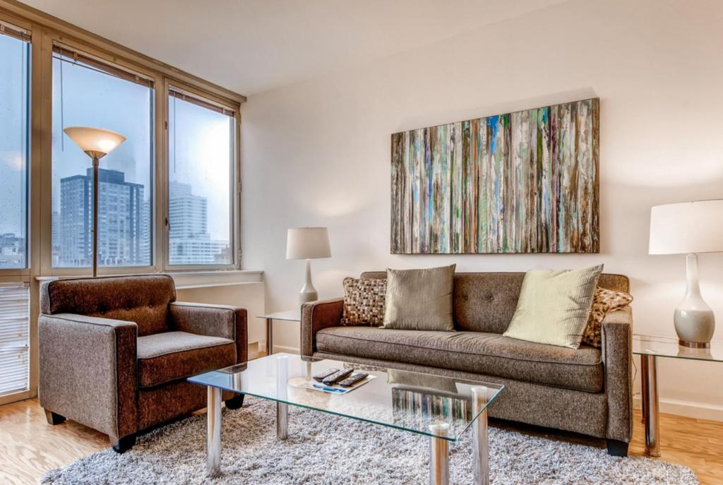 A Seating Area At Global Luxury Suites The Pearl
