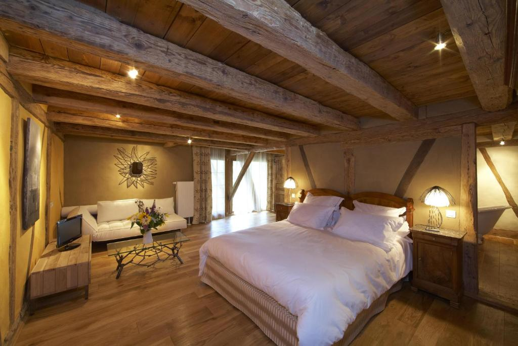 A bed or beds in a room at La Maison d'Artgile
