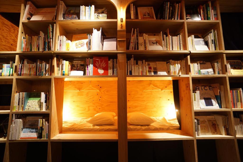 Resultat d'imatges de book and bed tokyo
