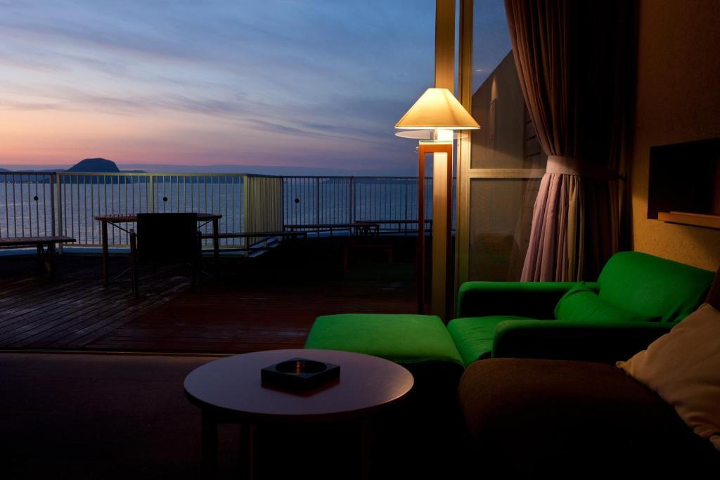 ポイント3.バルコニー付き!潮風と海の景色と共に過ごす客室