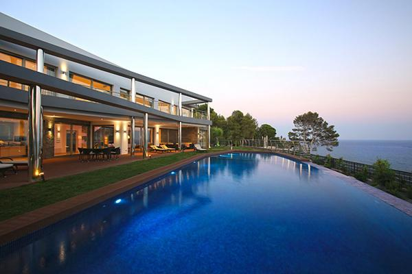 Luxury brand new villa on the first line from the sea foto