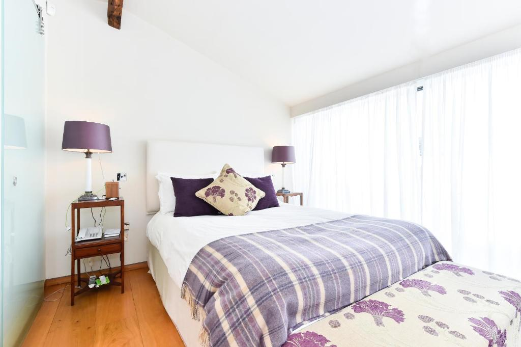 A bed or beds in a room at Moreton Street Penthouse